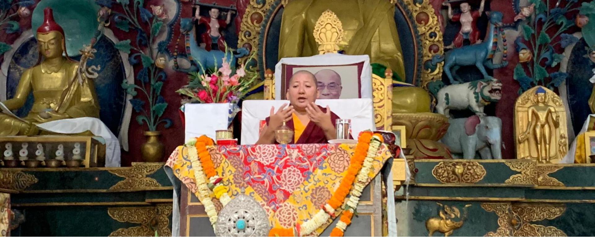 Khandro Rinpoche gibt Belehrungen im Shechen Kloster in Bodhgaya, Indien