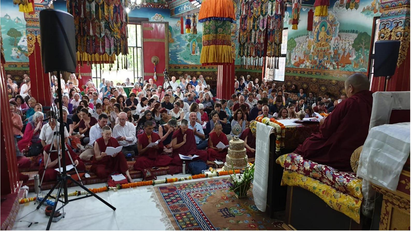 Rigpa Schüler*innen lauschen den Belehrungen von Khandro Rinpoche im Shechen Kloster, Bodhgaya, Indien. Februar 2019