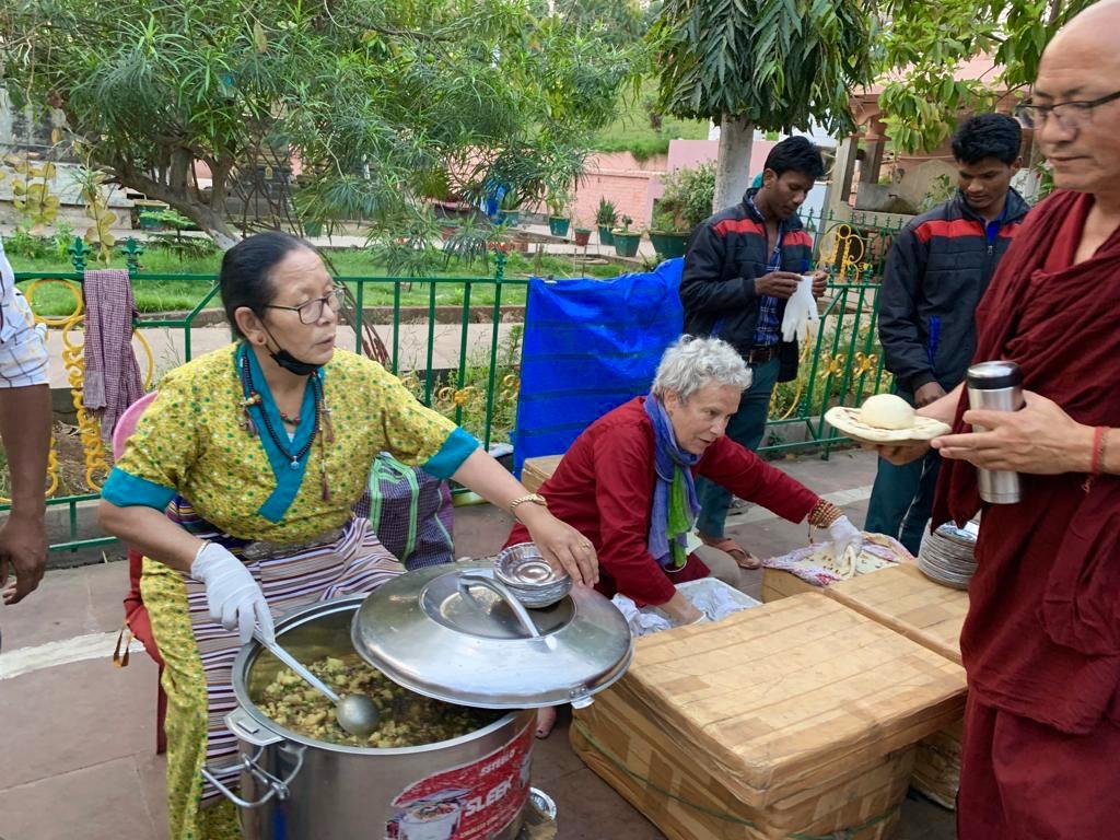 Essensdarbringungen an Praktizierende am Mahabodhi-Tempel. Rigpa Gebetsfest, März 2019, Bodhgaya (Indien)