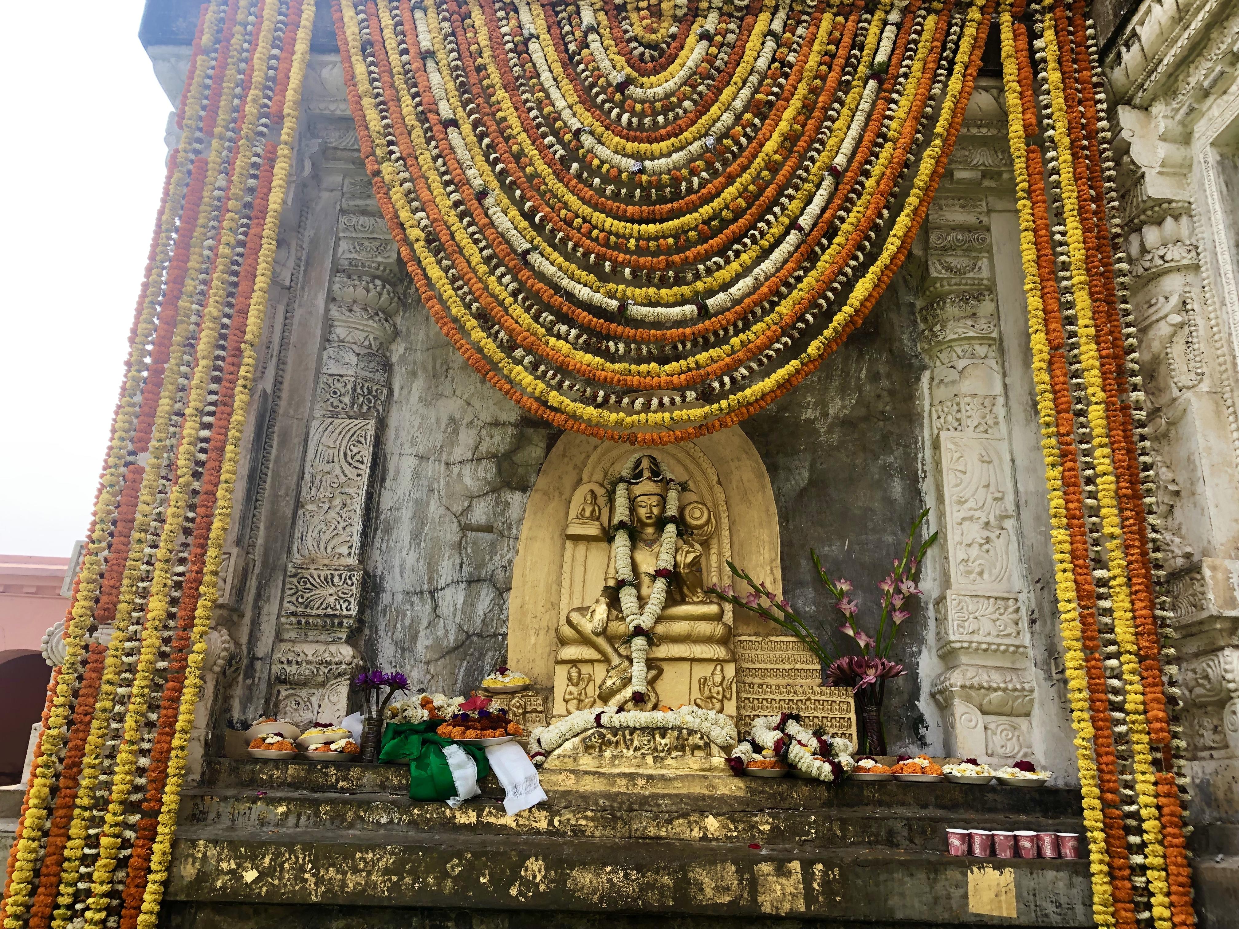 Blumendarbringungen. Rigpa Gebetsfest, März 2019, Bodhgaya (Indien)