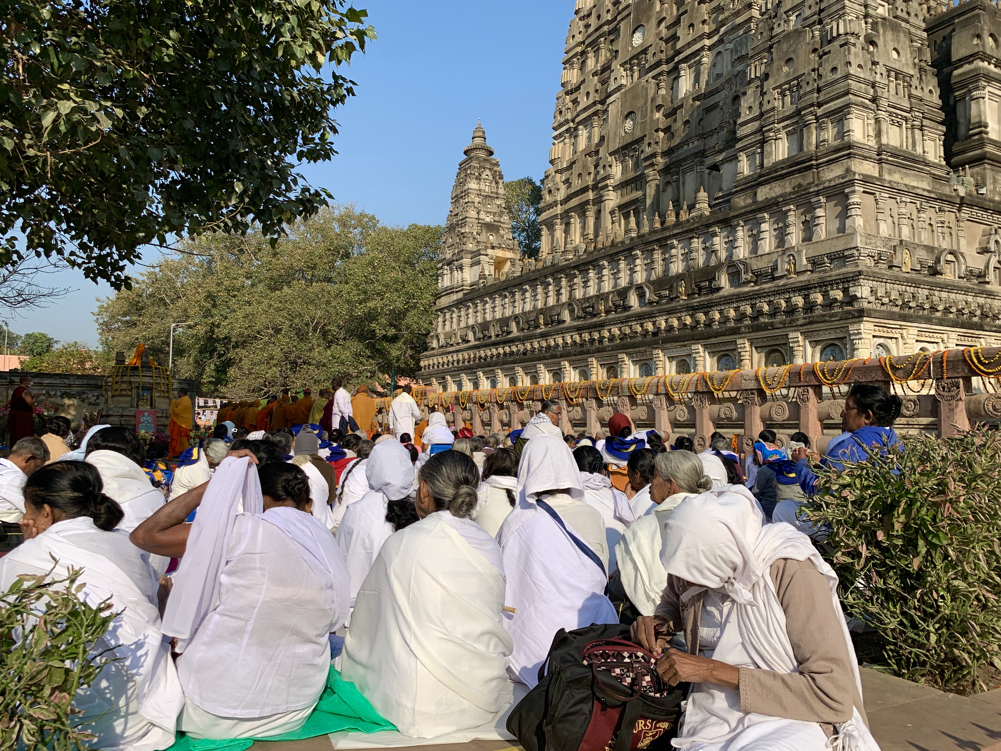 Praktizierende am Mahabodhi-Tempel. Rigpa Gebetsfest, März 2019, Bodhgaya (Indien)